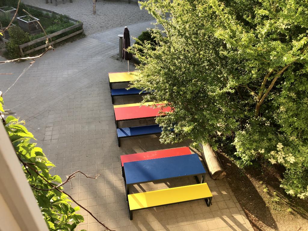 Neue Sitzgelegenheiten auf dem Schulhof